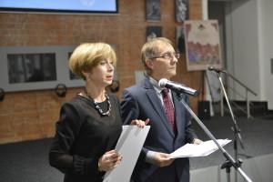 Торжественная церемония Премии в области литературы о театре началась: ведущие церемонии Дмитрий Родионов и Елена Дунаева.